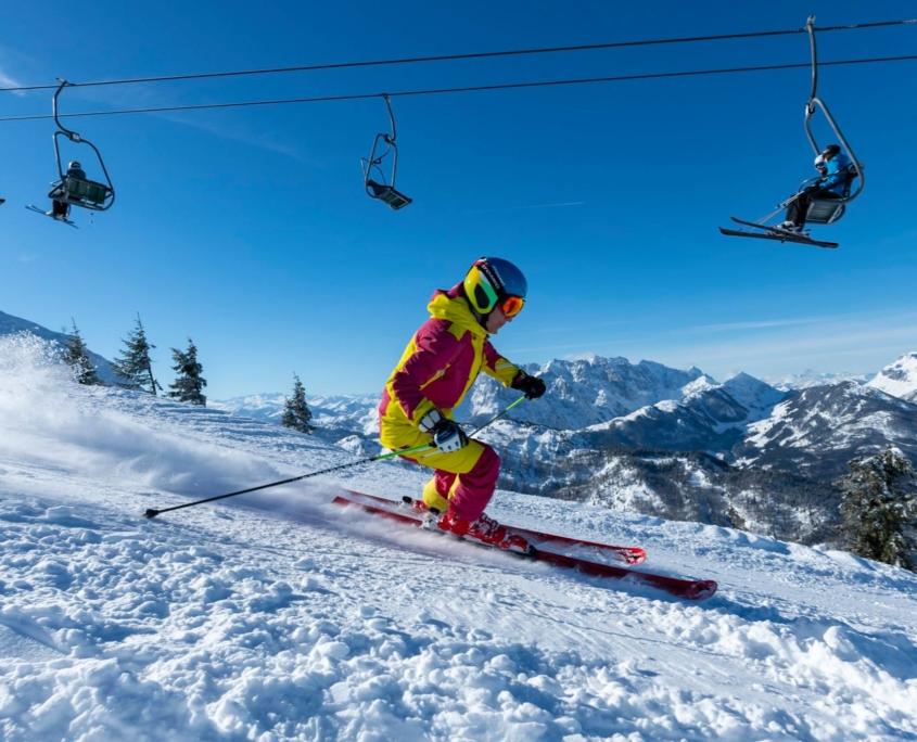 Skifahrer in HochKössen mit Sesselliftanlage im Hintergrund