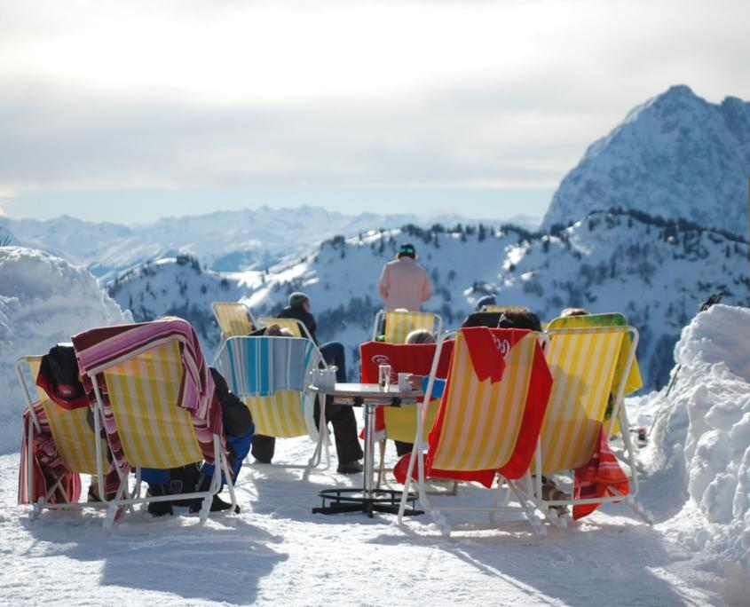 Liegestühle mit Blick auf die hochalpine Landschaft in HochKössen