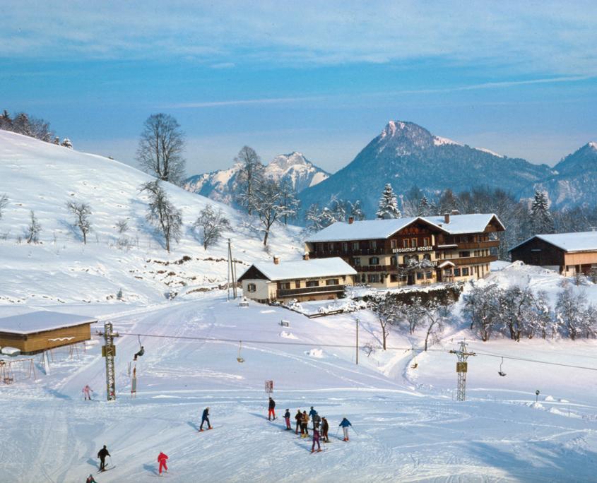 Blick auf den verschneiten Berggasthof Hocheck