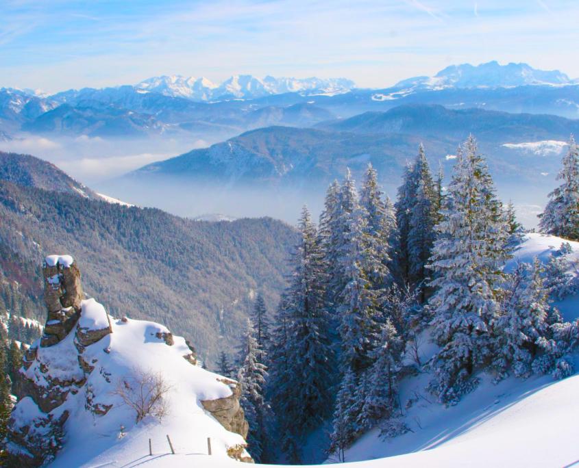 Verschneite Wintelandschaft von der Kampenwand aus gesehen