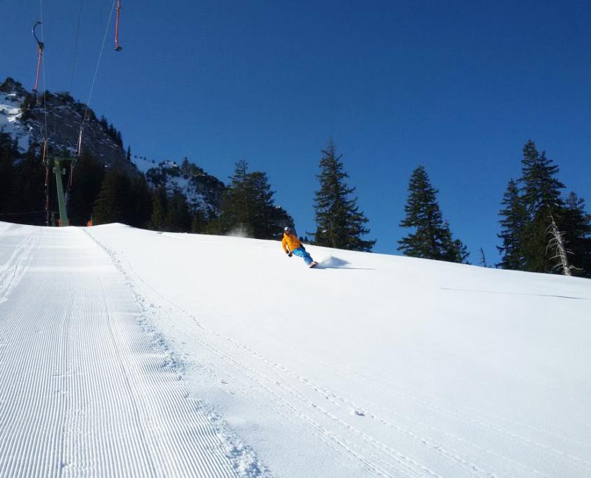 Snowboarder auf präparierter Piste am Hochfelln