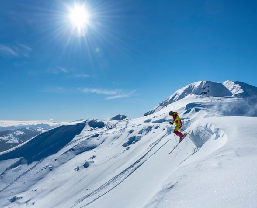 Skifahrer auf Pulverschneepiste in HochKössen