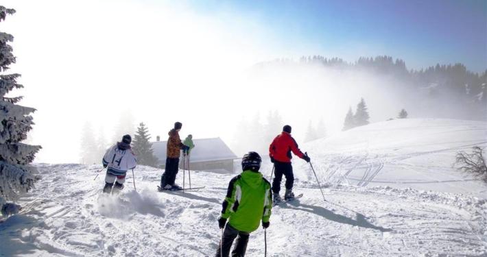 Skifahrer an der Ostabfahrt des Wendelsteingebiets