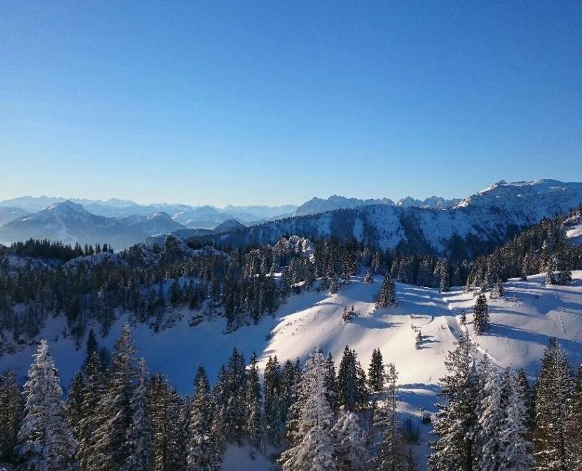 Verschneite Gipfellandschaft von der Kampenwand aus gesehen
