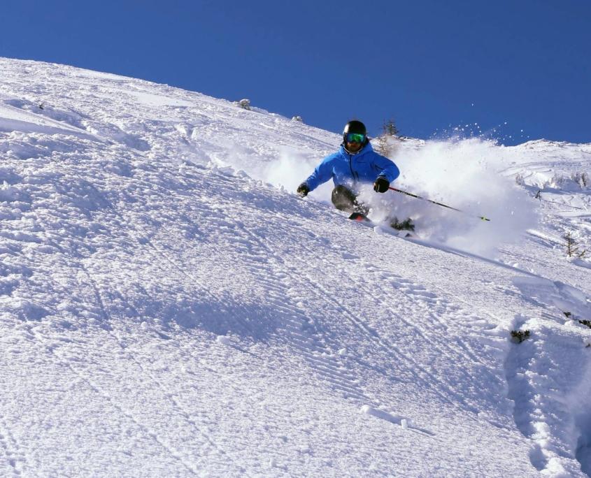 Skifahrer an steilem Skihang der Kampenwand
