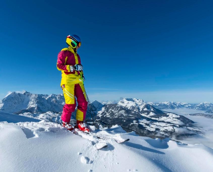 Skifahrer in HochKössenblickt auf Winterlandschaft