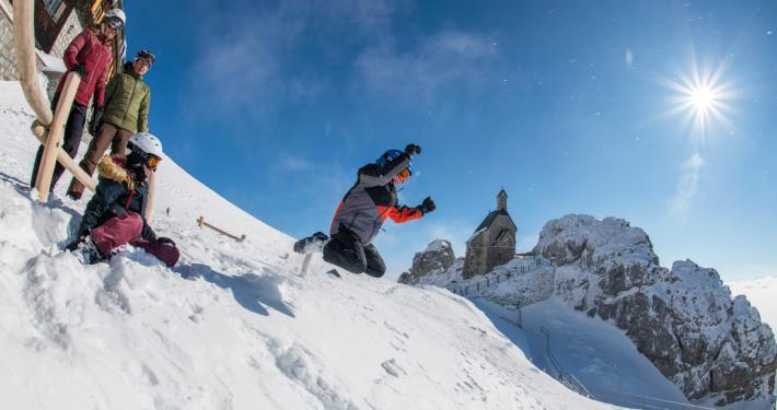 amilie mit zwei Kindern am verschneiten Wendelsteingipfel