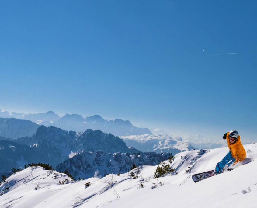 Snowboardfahrer am Hochfelln im Pulverschnee