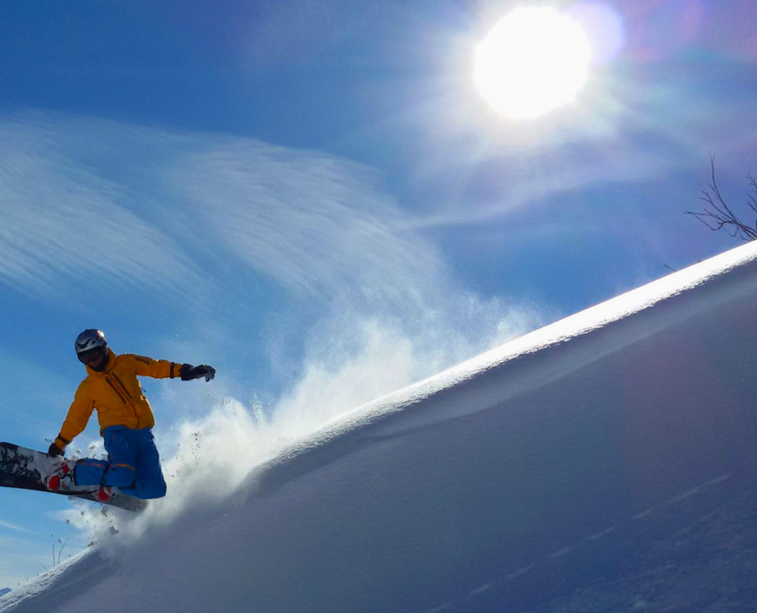 Snowboardfahrer in der Luft